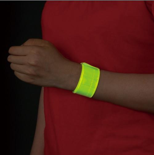 交通安全グッズ アームバンド イエロー・シルバー 装着した手首の暗闇バージョンの画像