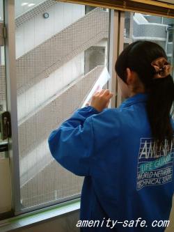 セーフティフィルム【クリスタルシールド(板ガラス用)A4サイズ2枚入】 フィルムの貼り方 フィルムを窓に貼り付ける画像