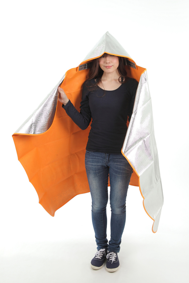 シートdeポンチョ ブランケット&シートの2wayタイプ シートdeポンチョを女性が着用した上半身の画像