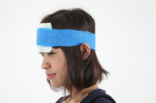 昭和技研(株)伸縮性自着包帯 ケアバンテージ アレルギーが出にくいラテックスフリー ケアバンテージを頭に巻き付けた画像