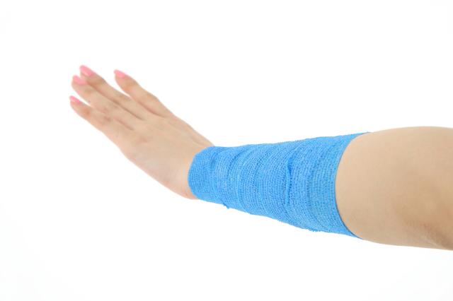 昭和技研(株)伸縮性自着包帯 ケアバンテージ アレルギーが出にくいラテックスフリー ケアバンテージを実際に腕に巻き付けた画像