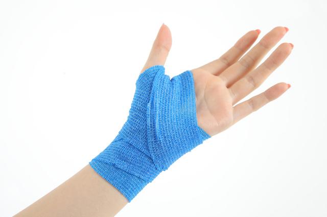 昭和技研(株)伸縮性自着包帯 ケアバンテージ アレルギーが出にくいラテックスフリー ケアバンテージを手のひらと手首に使用した画像