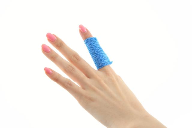 昭和技研(株)伸縮性自着包帯 ケアバンテージ アレルギーが出にくいラテックスフリー ケアバンテージを指に巻いた画像