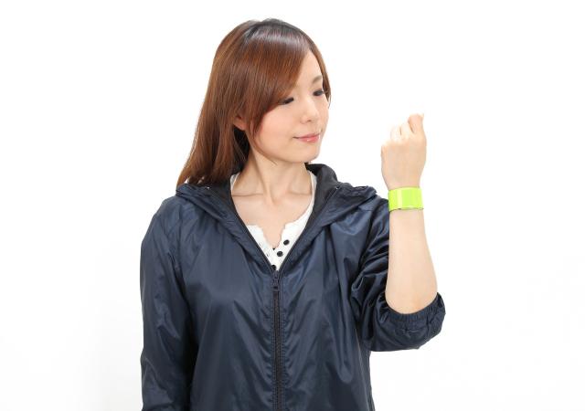交通安全グッズ アームバンド イエロー・シルバー お姉さんが手首に装着した画像