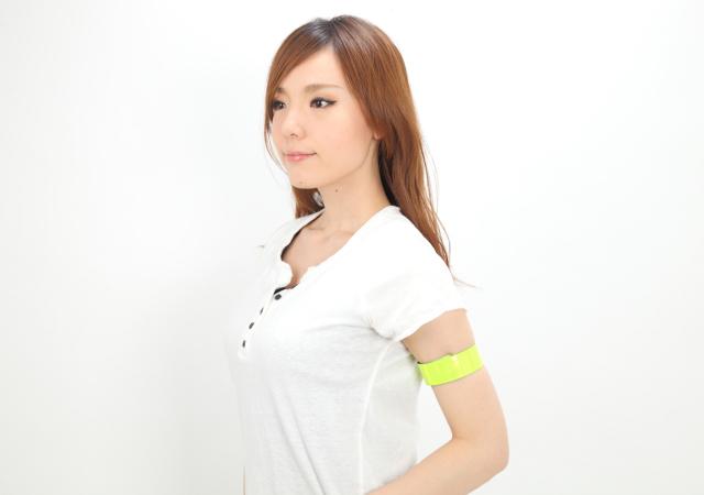 交通安全グッズ アームバンド イエロー・シルバー お姉さんが腕に装着したの画像