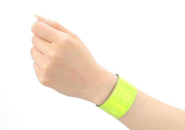 交通安全グッズ アームバンド イエロー・シルバー 装着した手首のアップ画像