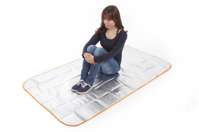 シートdeポンチョ ブランケット&シートの2wayタイプ シートdeポンチョを女性が着用し防寒している状態の画像