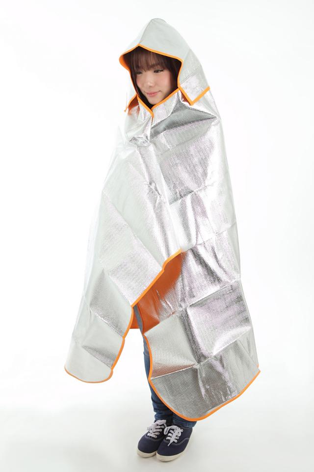 シートdeポンチョ ブランケット&シートの2wayタイプ シートdeポンチョを女性が着用した全体の画像