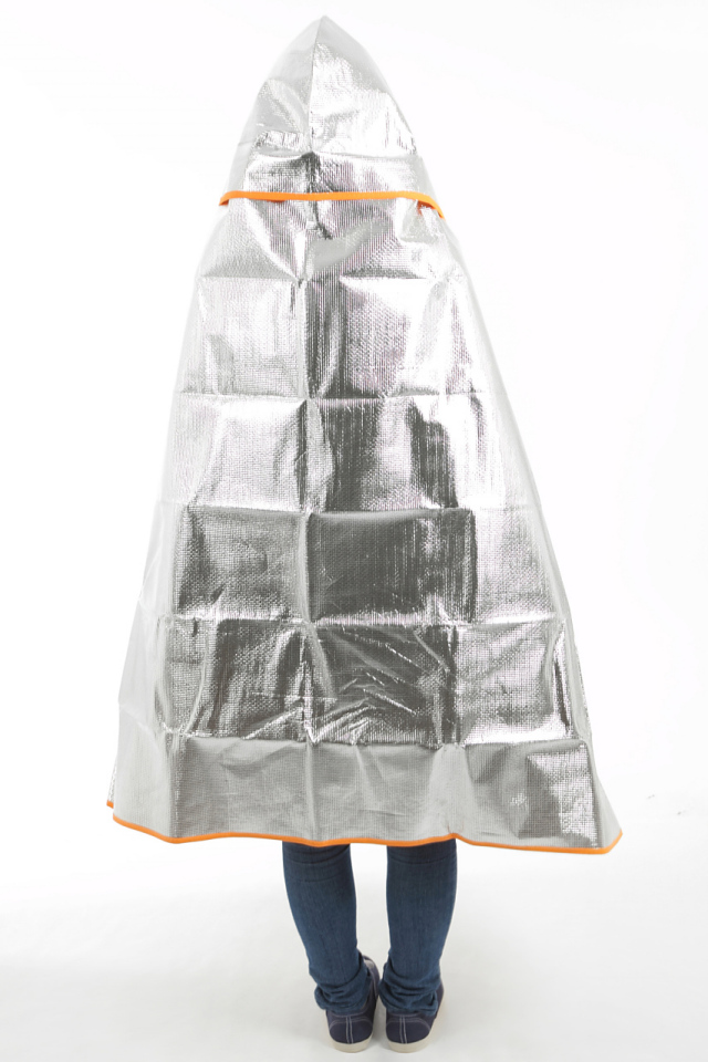 シートdeポンチョ ブランケット&シートの2wayタイプ シートdeポンチョを女性が着用して包まった場合の画像