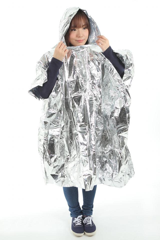 フード付アルミポンチョ(携帯ケース付) フード付きアルミポンチョに袖を通した女性の腕の画像