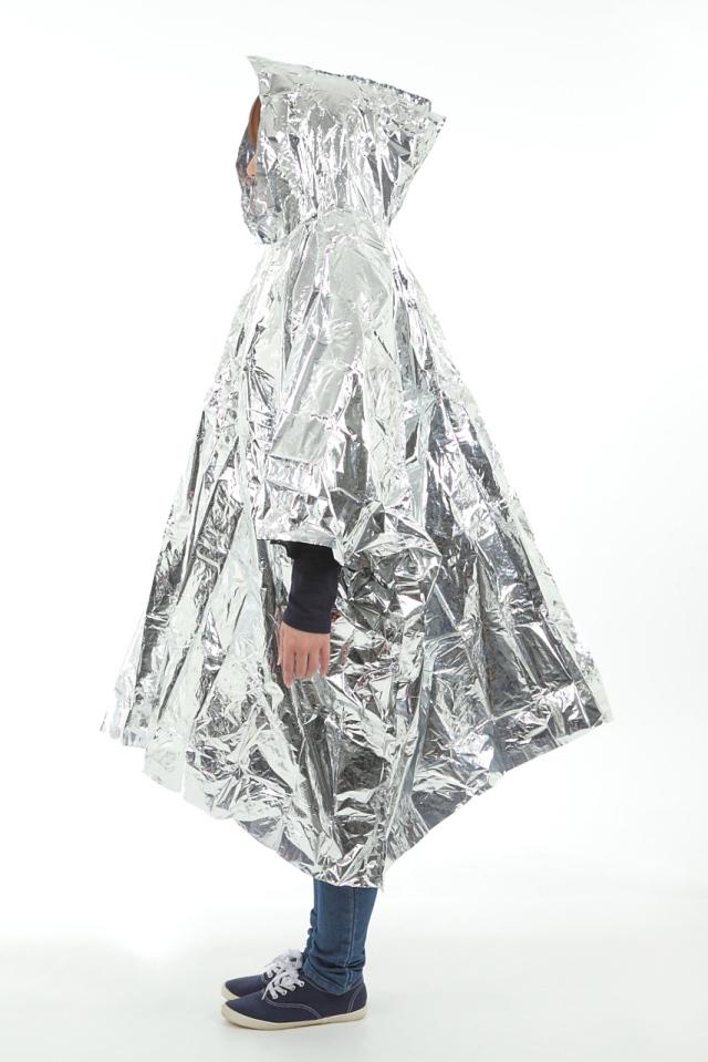フード付アルミポンチョ(携帯ケース付) フード付きアルミポンチョを着用した女性の座った姿の画像