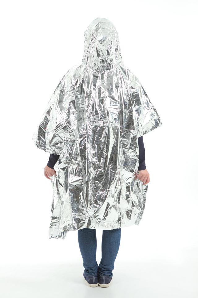 フード付アルミポンチョ(携帯ケース付) フード付きアルミポンチョを着用した女性の横を向いた姿の画像