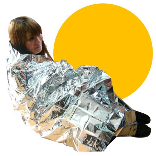 簡単寝袋 くまモン 非常用!簡易寝袋(ポーチ付)くまモン減災チェックリスト付 簡易寝袋を女性が身にまとった画像