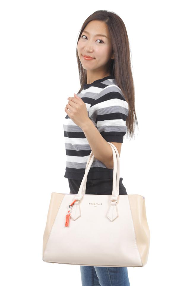 日本製プチッとホイッスルシリーズ カラビナタイプ オール樹脂タイプ カラビナでカバンに取り付けた画像